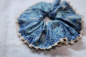 リバティプリントシュシュ+手編みのレース編みのエジング(ブルー)